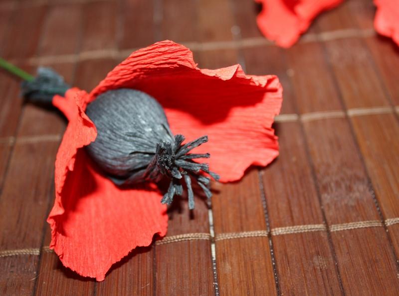 Как сделать маки из гофрированной бумаги с конфетой