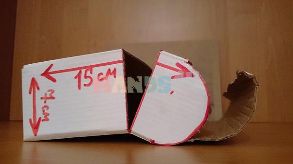 Ножницами или линейкой продавить линии сгиба, как показано на фото