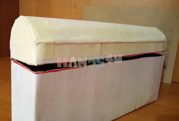 После того, как вы согнули крышку, ее нужно, с помощью малярного скотча приклеить к основанию свадебной казны