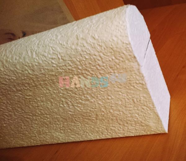 Там, где у вас находится отверстие для конвертов, посередине делаем надрез и также загибаем края внутрь